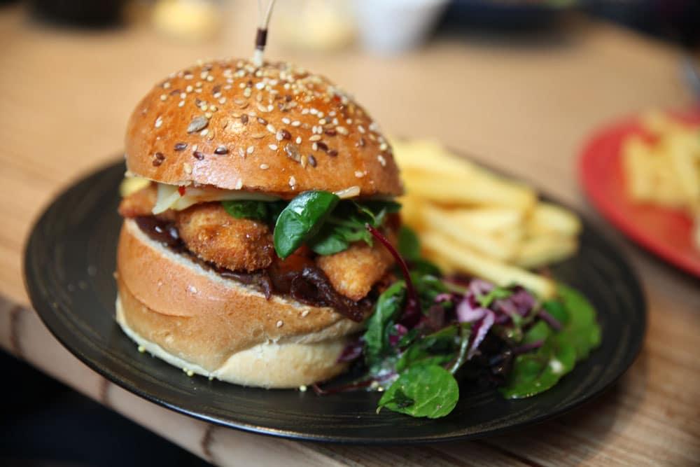 burger au poulets - fait maison - produis locaux - salle d'escalade restaurant et bar - Vertical'Art
