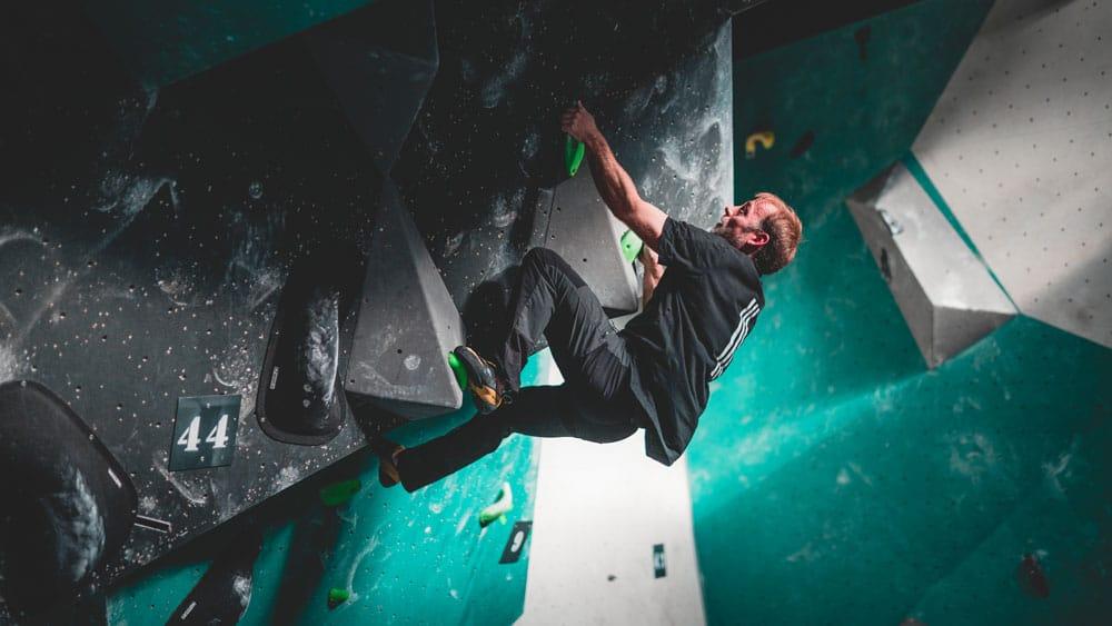 grimpeur sur le bloc tothème à Vertical'Art SQY salle d'escalade de bloc